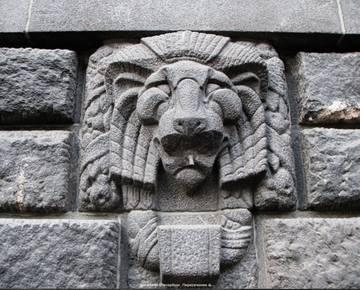 Образы паразитической структуры и элементов в скульптуре, рельефах итп