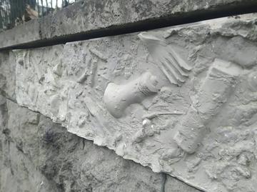 Памятник мусору появился в центре Петербурга